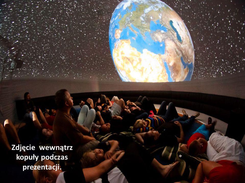Zdjęcie wewnątrz kopuły podczas prezentacji.