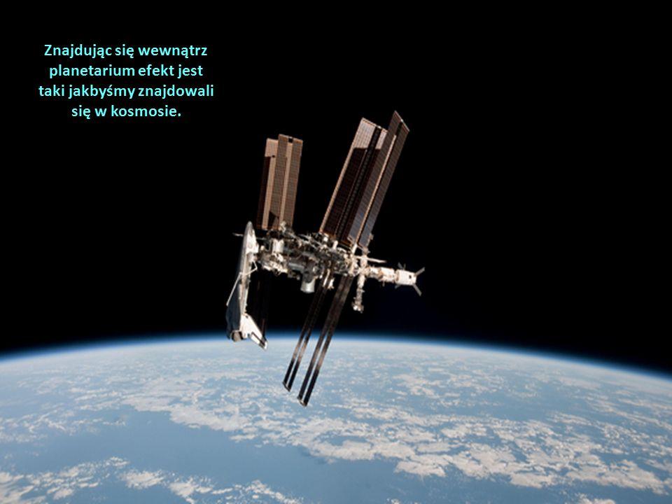 Znajdując się wewnątrz planetarium efekt jest taki jakbyśmy znajdowali się w kosmosie.