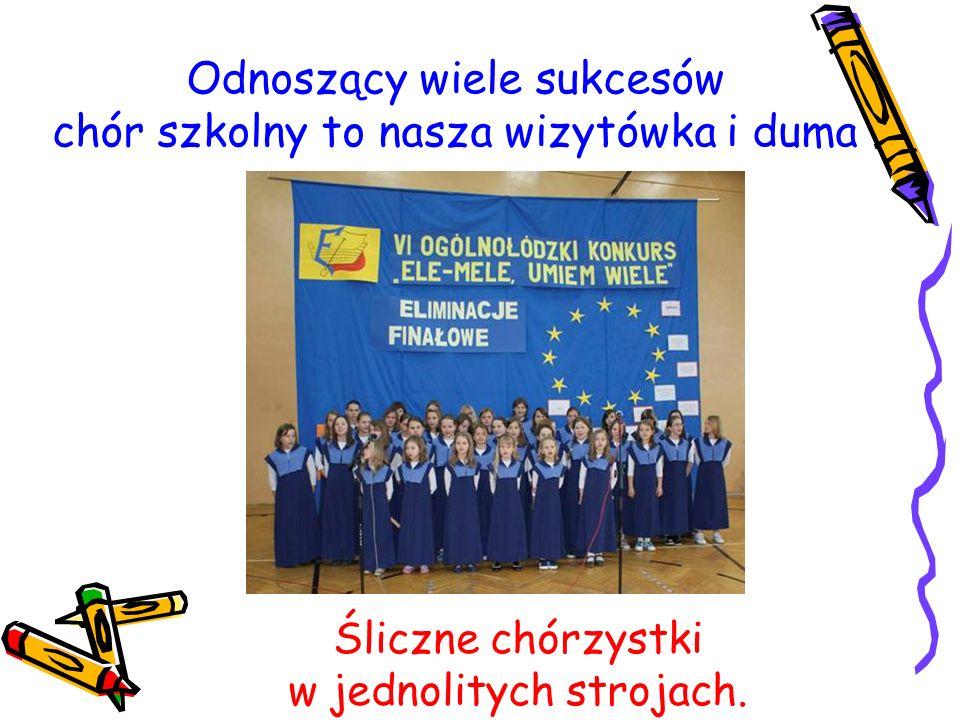Odnoszący wiele sukcesów chór szkolny to nasza wizytówka i duma Śliczne chórzystki w jednolitych strojach.