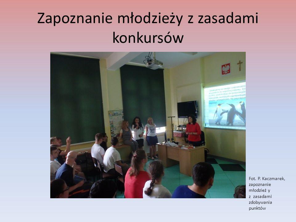 Ekologiczne puzzle Fot.J. Bochenek, Uczniowie ZSP7 w trakcie układania puzzli- stanowisko p.