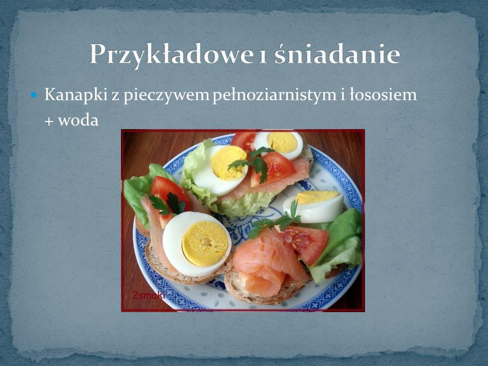 Kanapki z pieczywem pełnoziarnistym i łososiem + woda