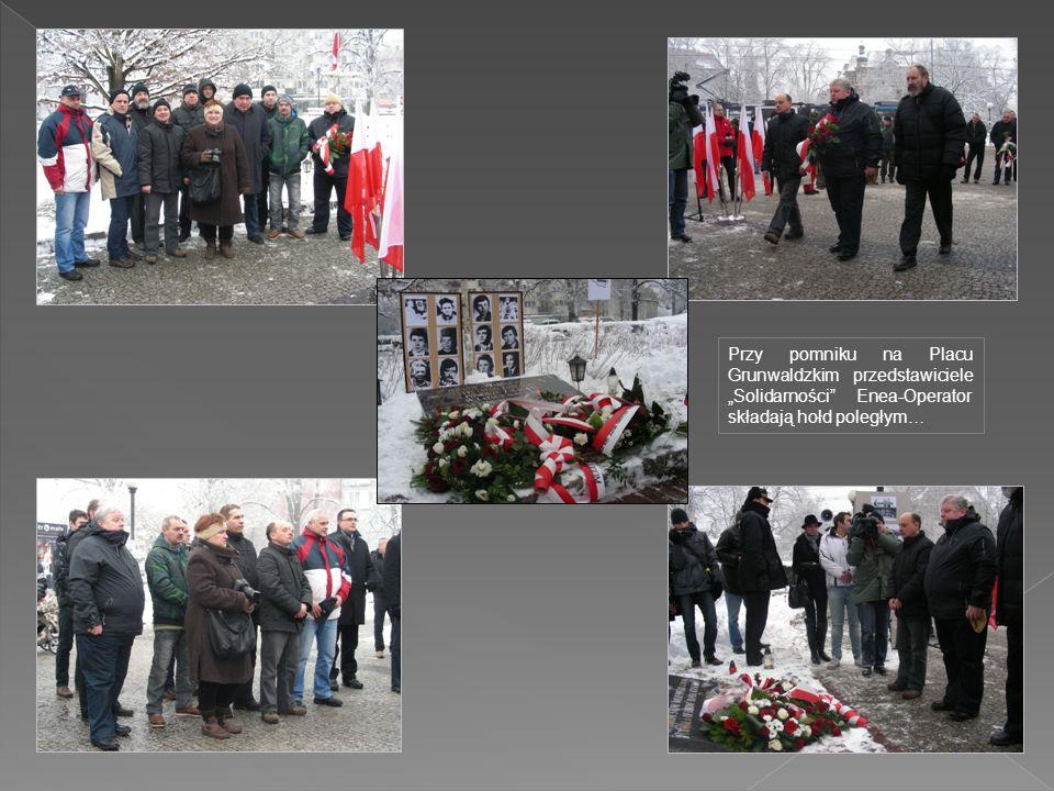 """Przy pomniku na Placu Grunwaldzkim przedstawiciele """"Solidarności Enea-Operator składają hołd poległym…"""