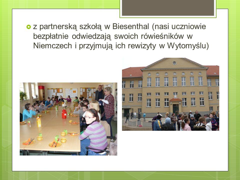 z partnerską szkołą w Biesenthal (nasi uczniowie bezpłatnie odwiedzają swoich rówieśników w Niemczech i przyjmują ich rewizyty w Wytomyślu)
