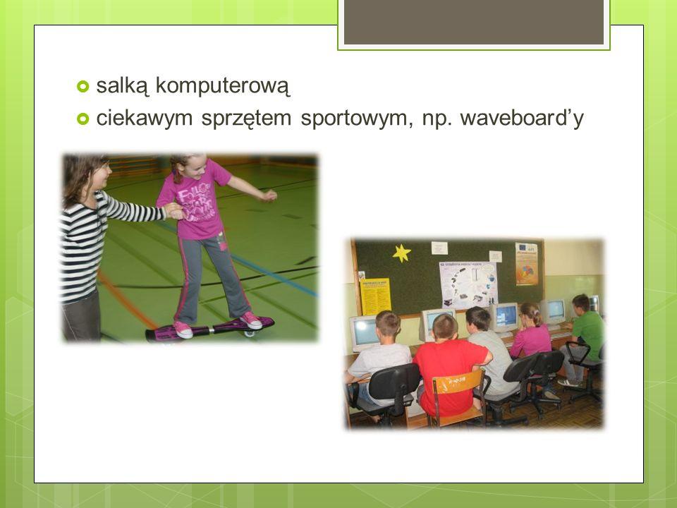  salką komputerową  ciekawym sprzętem sportowym, np. waveboard'y