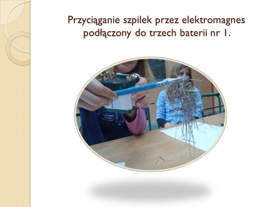 Przyciąganie szpilek przez elektromagnes podłączony do trzech baterii nr 1.