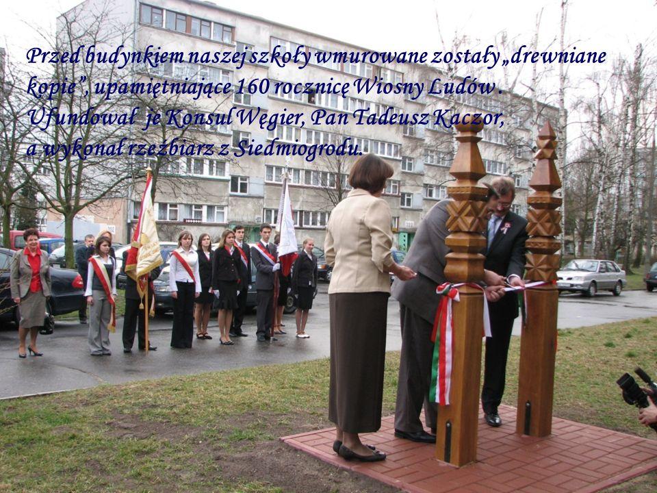 """Przed budynkiem naszej szkoły wmurowane zostały """"drewniane kopie , upamiętniające 160 rocznicę Wiosny Ludów."""