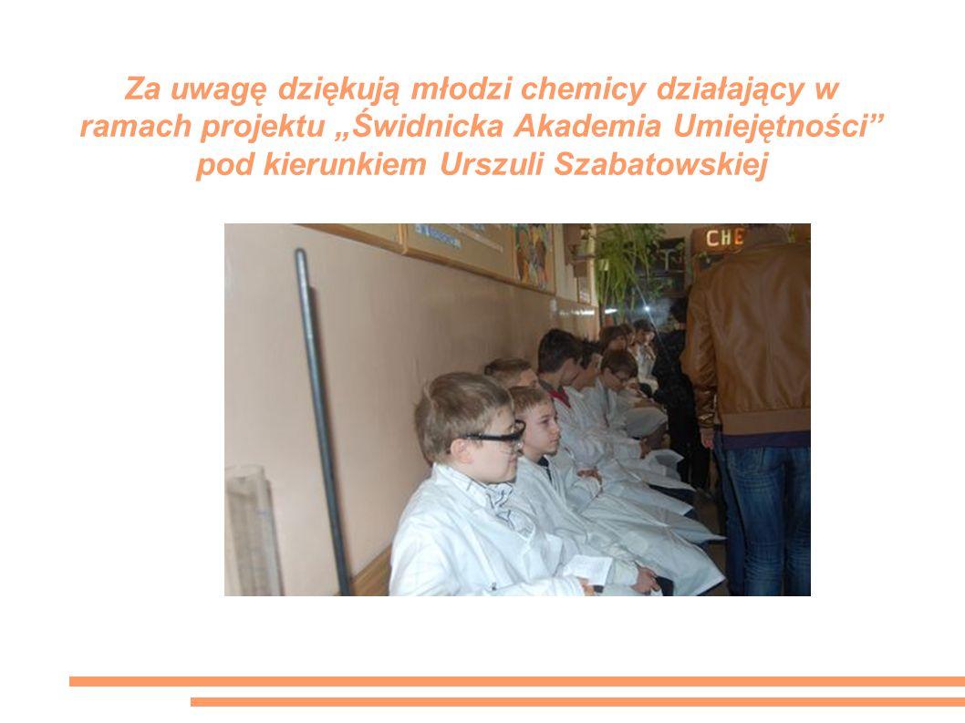 """Za uwagę dziękują młodzi chemicy działający w ramach projektu """"Świdnicka Akademia Umiejętności pod kierunkiem Urszuli Szabatowskiej"""