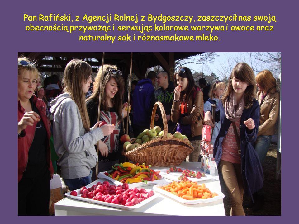 Pan Rafiński, z Agencji Rolnej z Bydgoszczy, zaszczycił nas swoją obecnością przywożąc i serwując kolorowe warzywa i owoce oraz naturalny sok i różnosmakowe mleko.