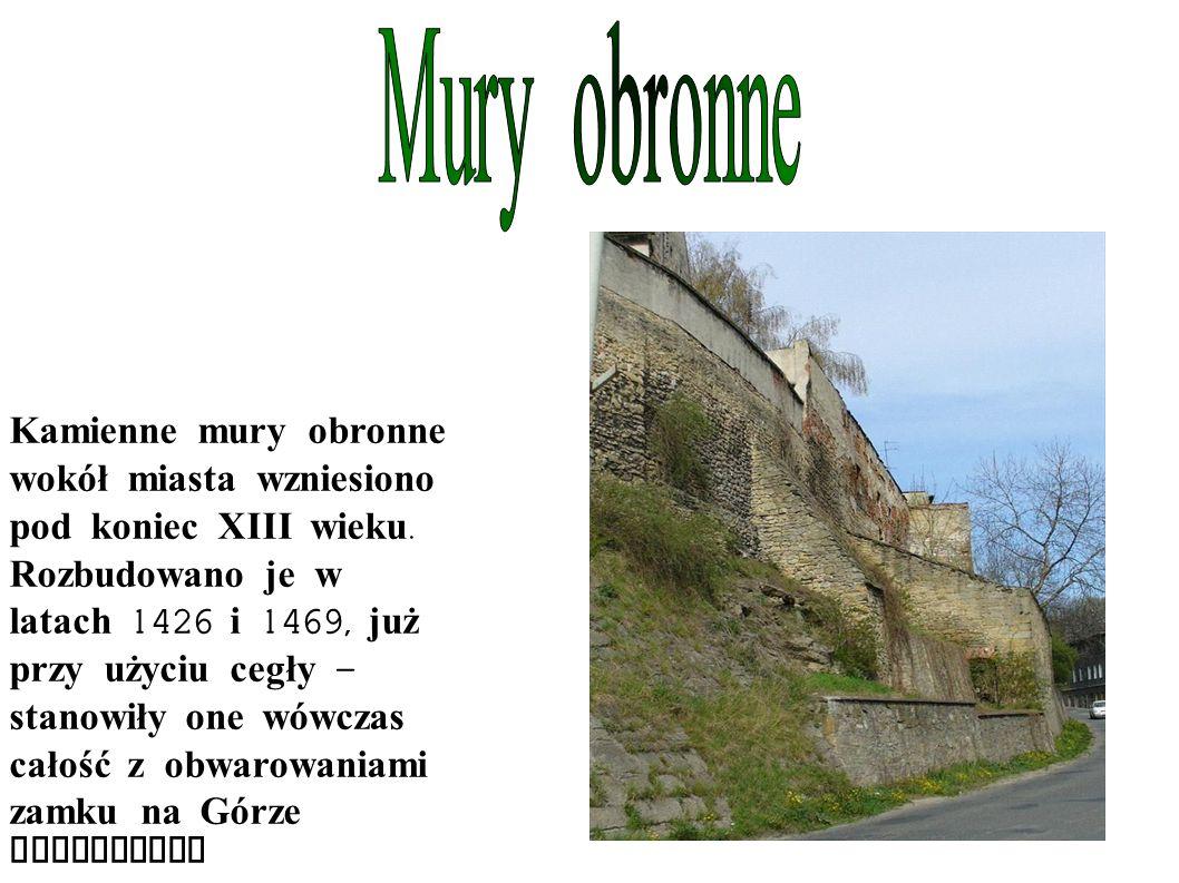 Kamienne mury obronne wokół miasta wzniesiono pod koniec XIII wieku.