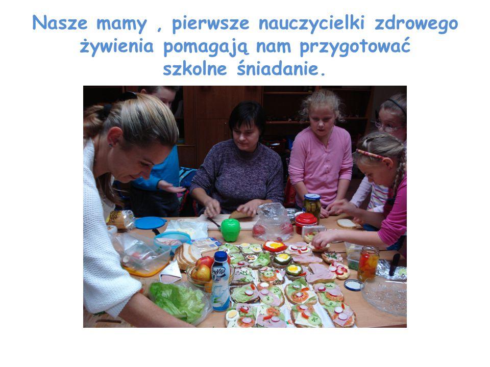 Nasze mamy, pierwsze nauczycielki zdrowego żywienia pomagają nam przygotować szkolne śniadanie.