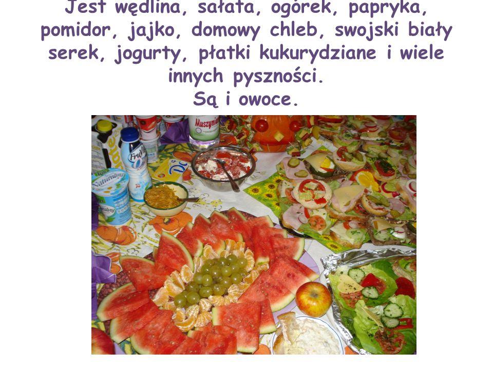 Jest wędlina, sałata, ogórek, papryka, pomidor, jajko, domowy chleb, swojski biały serek, jogurty, płatki kukurydziane i wiele innych pyszności.