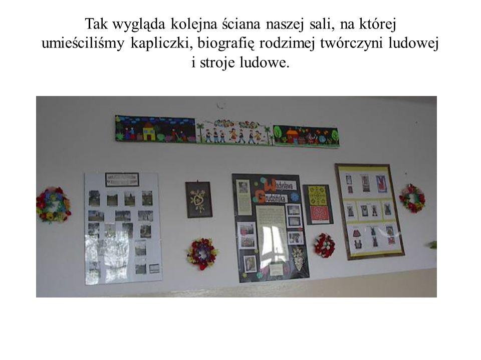 Tak wygląda kolejna ściana naszej sali, na której umieściliśmy kapliczki, biografię rodzimej twórczyni ludowej i stroje ludowe.