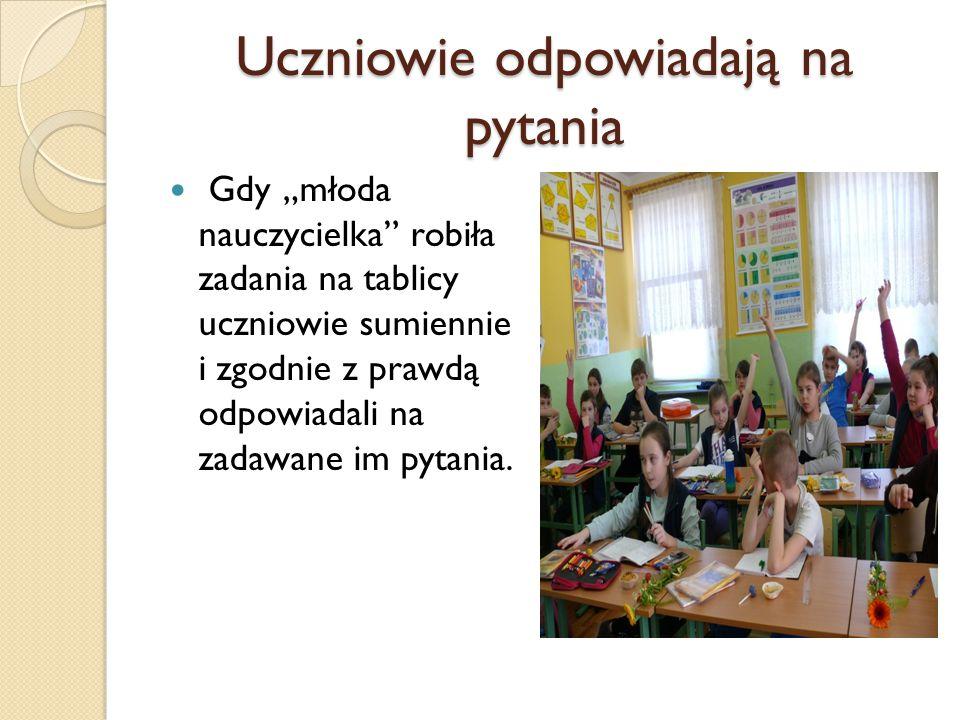 Nauka korzystania z przyrządów geometrycznych Uczennica z klasy starszej pokazywała młodszym kolegom jak korzystać z przyrządów geometrycznych.