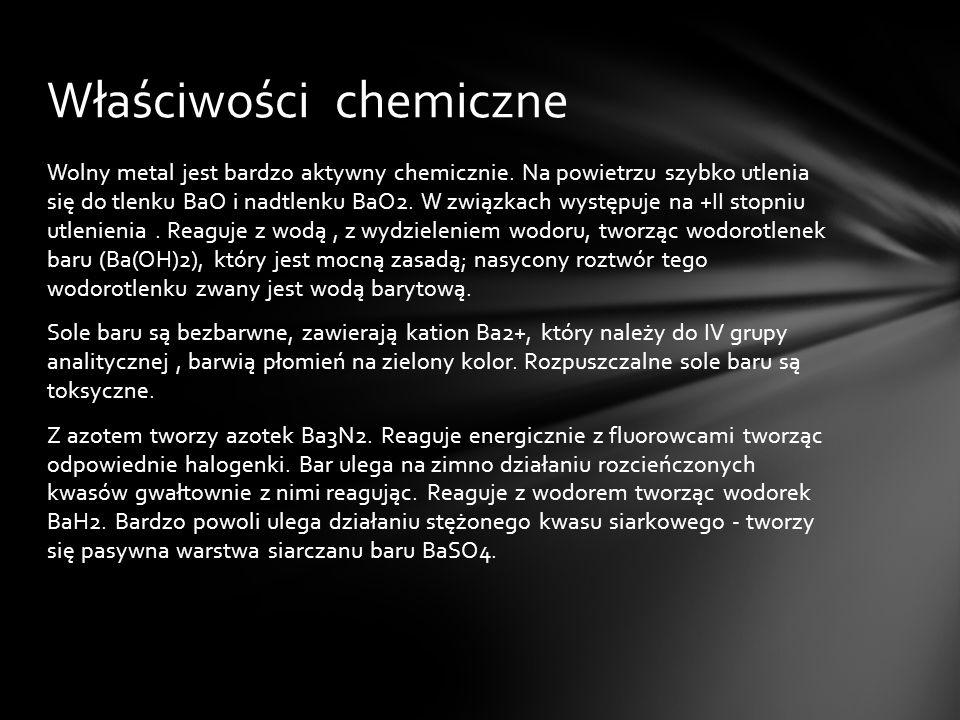 Wolny metal jest bardzo aktywny chemicznie. Na powietrzu szybko utlenia się do tlenku BaO i nadtlenku BaO2. W związkach występuje na +II stopniu utlen