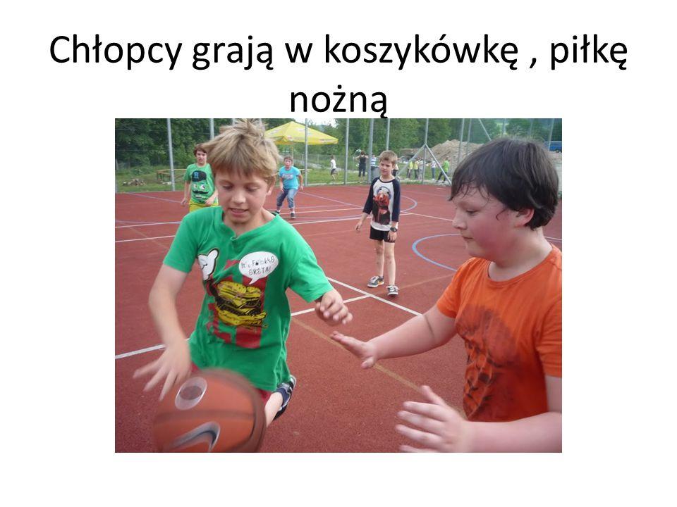 Chłopcy grają w koszykówkę, piłkę nożną