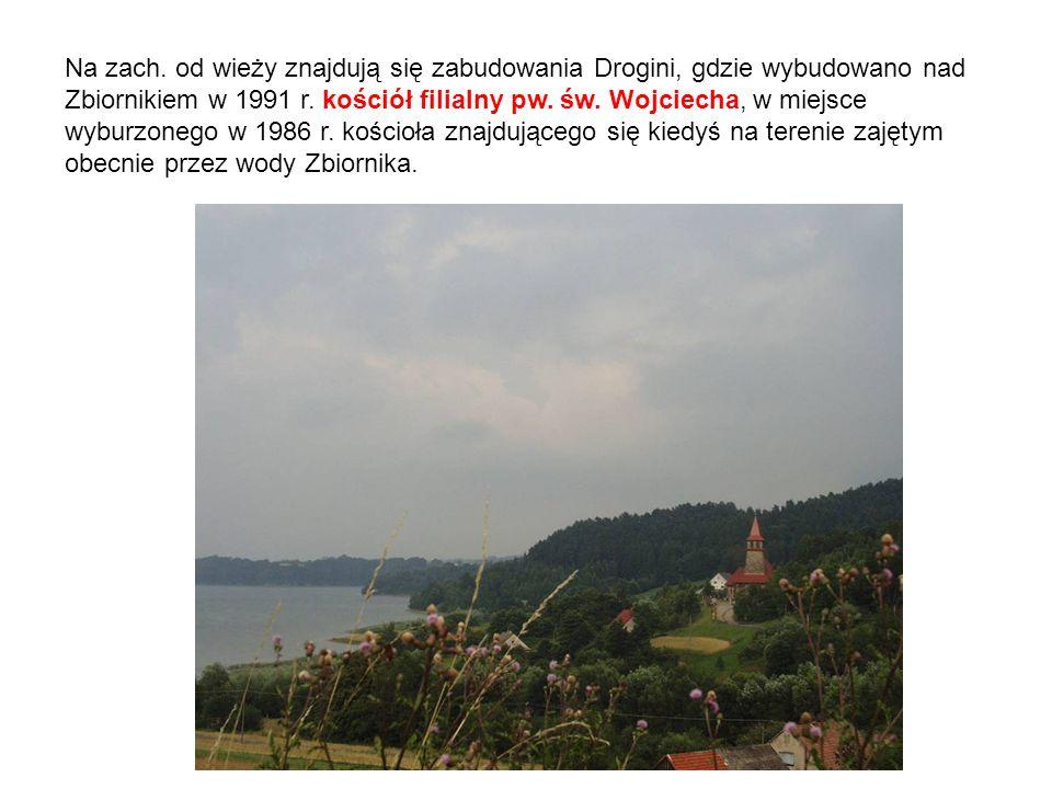 Na zach. od wieży znajdują się zabudowania Drogini, gdzie wybudowano nad Zbiornikiem w 1991 r. kościół filialny pw. św. Wojciecha, w miejsce wyburzone
