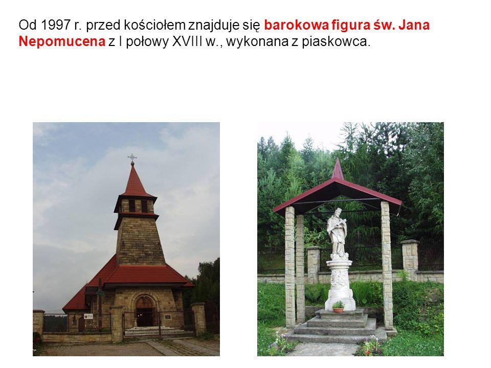 Od 1997 r. przed kościołem znajduje się barokowa figura św. Jana Nepomucena z I połowy XVIII w., wykonana z piaskowca.