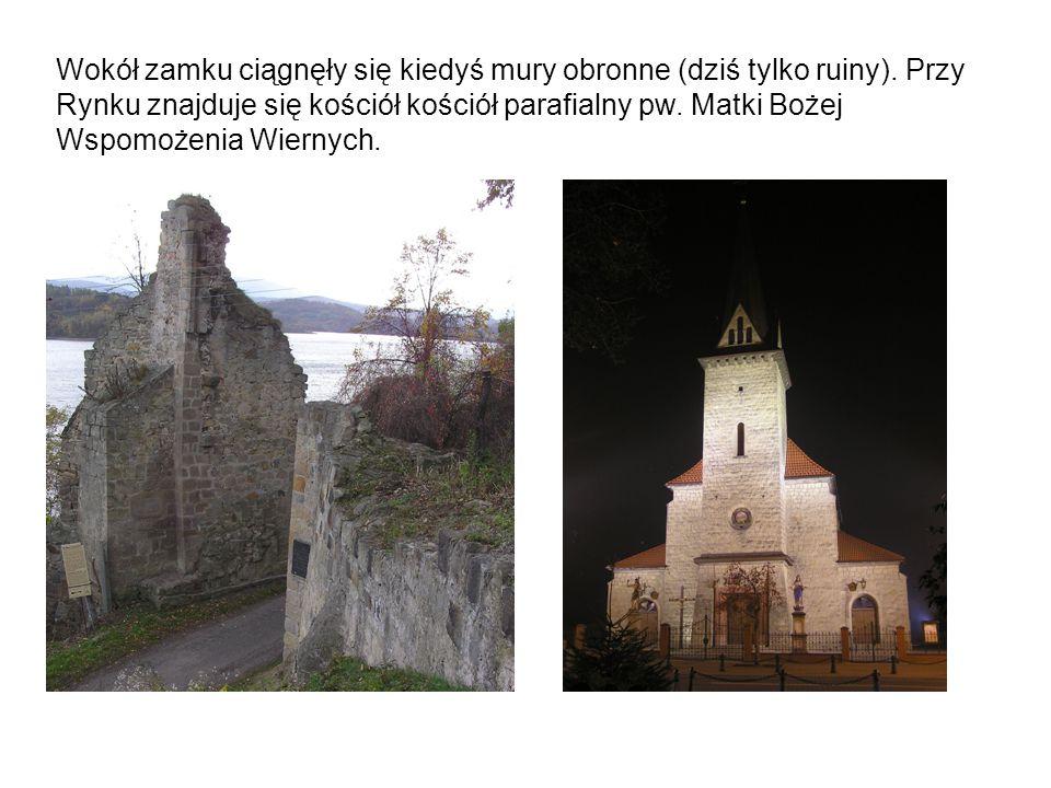 Wokół zamku ciągnęły się kiedyś mury obronne (dziś tylko ruiny). Przy Rynku znajduje się kościół kościół parafialny pw. Matki Bożej Wspomożenia Wierny