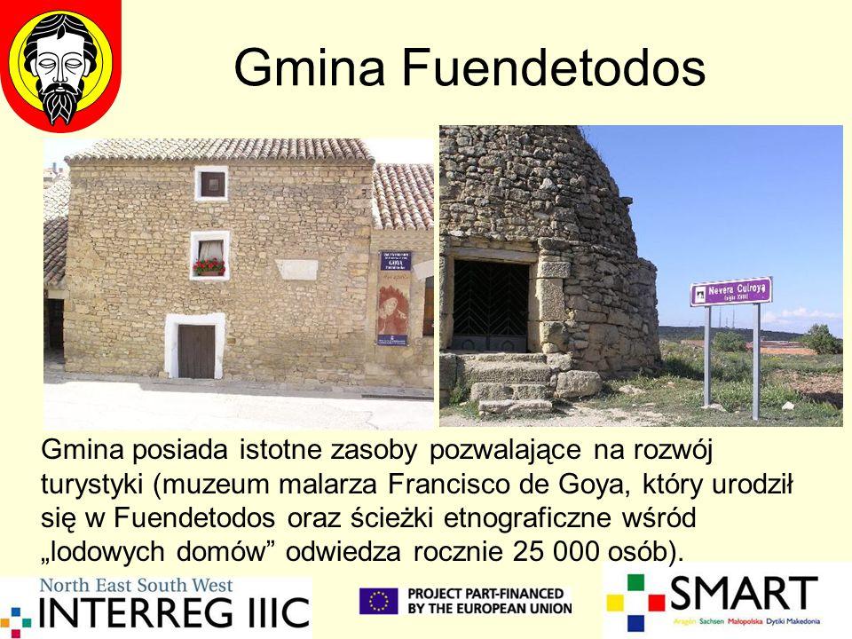 """Gmina Fuendetodos Gmina posiada istotne zasoby pozwalające na rozwój turystyki (muzeum malarza Francisco de Goya, który urodził się w Fuendetodos oraz ścieżki etnograficzne wśród """"lodowych domów odwiedza rocznie 25 000 osób)."""