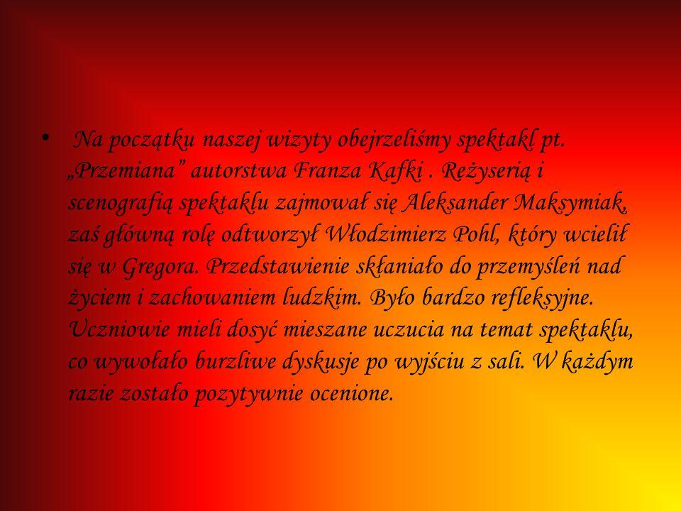 """Na początku naszej wizyty obejrzeliśmy spektakl pt. """"Przemiana"""" autorstwa Franza Kafki. Reżyserią i scenografią spektaklu zajmował się Aleksander Maks"""
