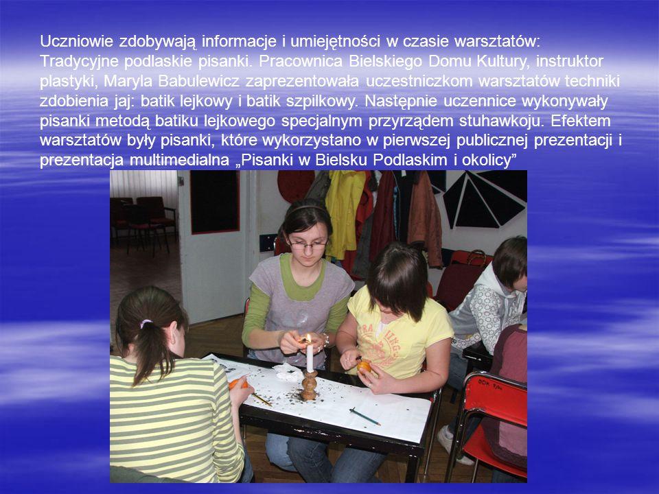 Uczniowie zdobywają informacje i umiejętności w czasie warsztatów: Tradycyjne podlaskie pisanki. Pracownica Bielskiego Domu Kultury, instruktor plasty