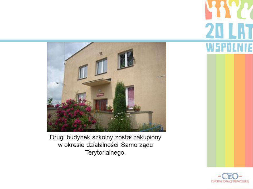 Drugi budynek szkolny został zakupiony w okresie działalności Samorządu Terytorialnego.