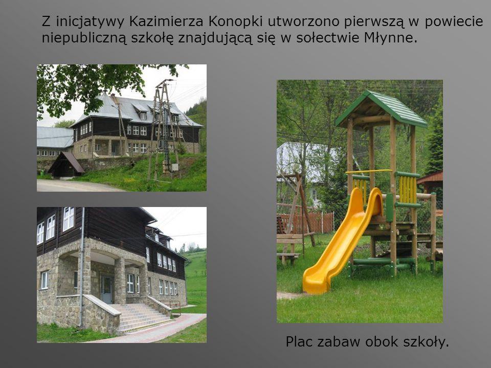 Z inicjatywy Kazimierza Konopki utworzono pierwszą w powiecie niepubliczną szkołę znajdującą się w sołectwie Młynne. Plac zabaw obok szkoły.