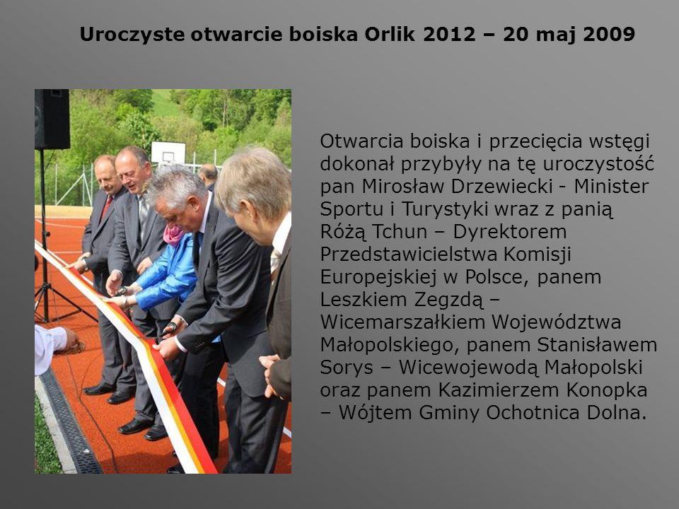 Uroczyste otwarcie boiska Orlik 2012 – 20 maj 2009 Otwarcia boiska i przecięcia wstęgi dokonał przybyły na tę uroczystość pan Mirosław Drzewiecki - Mi