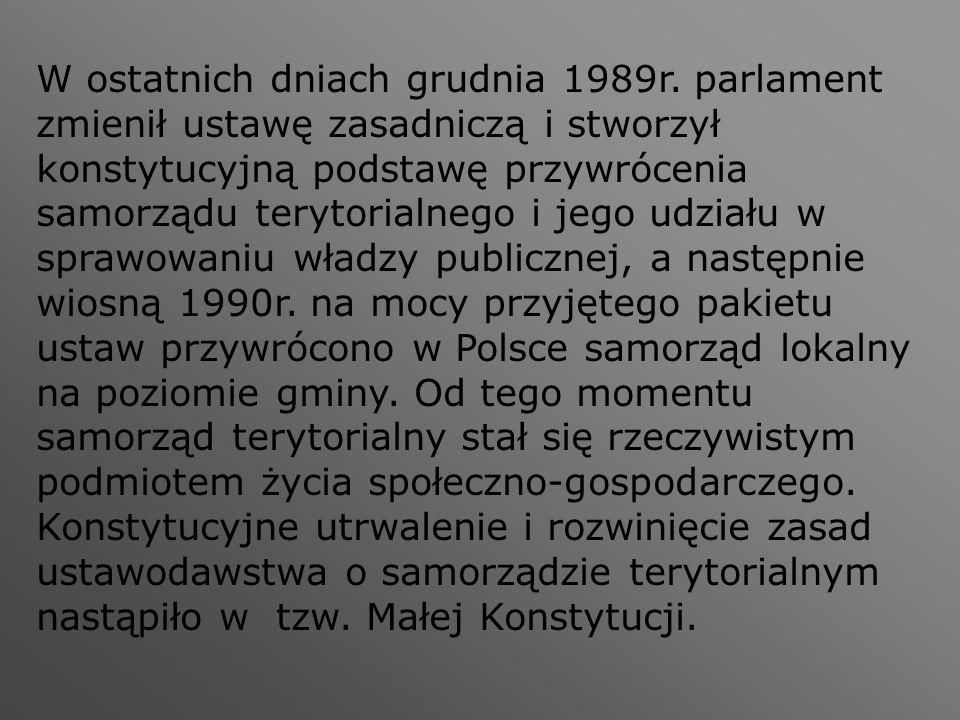 W ostatnich dniach grudnia 1989r. parlament zmienił ustawę zasadniczą i stworzył konstytucyjną podstawę przywrócenia samorządu terytorialnego i jego u