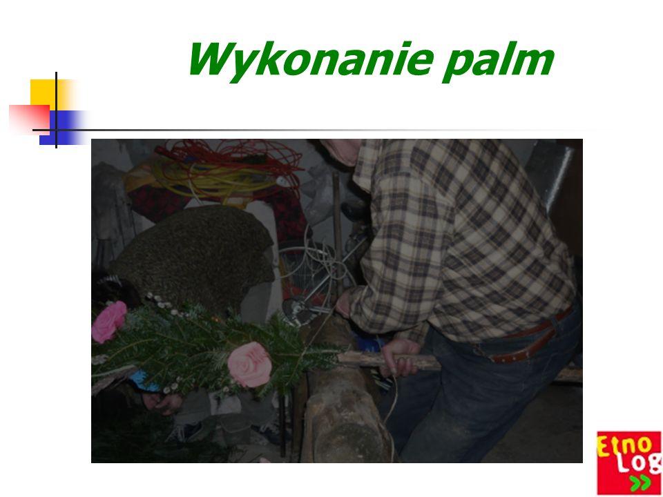 Wykonanie palm Wielkanocnych Wykonanie Palmy Wielkanocnej jest bardzo wyczerpujące i pracochłonne. Palmę najczęściej wykonują mężczyźni, gdyż jest to