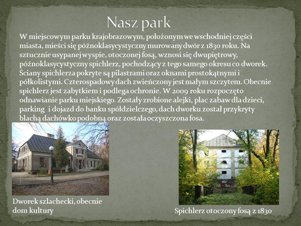 Dworek szlachecki, obecnie dom kultury Spichlerz otoczony fosą z 1830 W miejscowym parku krajobrazowym, położonym we wschodniej części miasta, mieści
