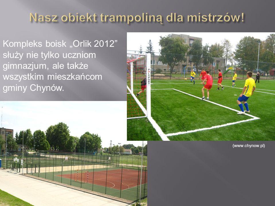 """Kompleks boisk """"Orlik 2012"""" służy nie tylko uczniom gimnazjum, ale także wszystkim mieszkańcom gminy Chynów. (www.chynow.pl)"""