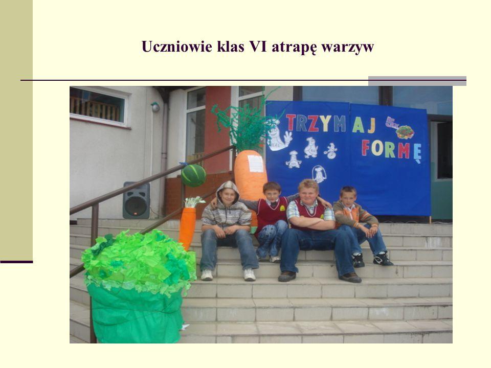 Uczniowie klas VI atrapę warzyw