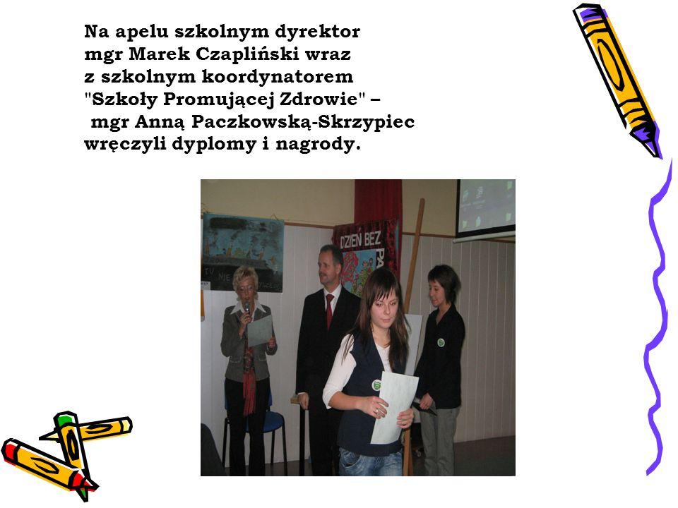 Na apelu szkolnym dyrektor mgr Marek Czapliński wraz z szkolnym koordynatorem