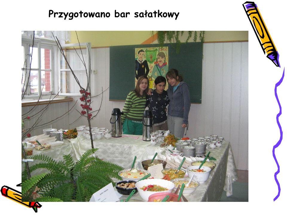Przygotowano bar sałatkowy
