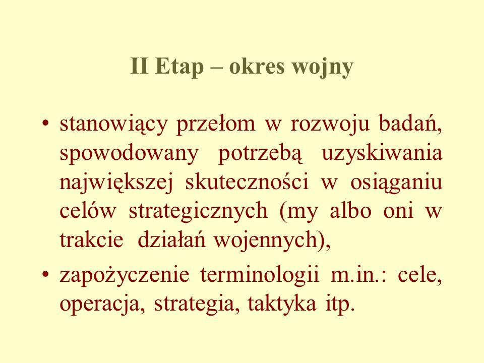 II Etap – okres wojny stanowiący przełom w rozwoju badań, spowodowany potrzebą uzyskiwania największej skuteczności w osiąganiu celów strategicznych (my albo oni w trakcie działań wojennych), zapożyczenie terminologii m.in.: cele, operacja, strategia, taktyka itp.