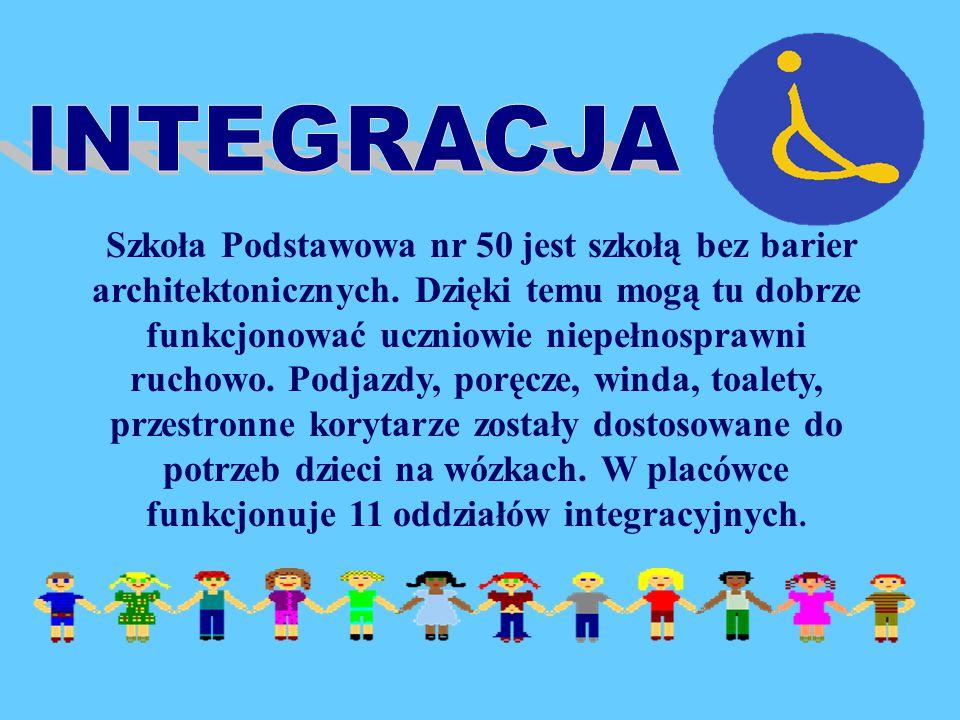 """Szkoła Podstawowa nr 50 w Białymstoku """"otwiera swe okna na świat, wpuszcza do klasy słońce, otwiera dzieciom usta, niech mówią, piszą, malują, drukują, wycinają i rzeźbią , szkoła która pozwala dzieciom """"wspinać się na wzgórza, ciągle iść ku światłu i słońcu"""