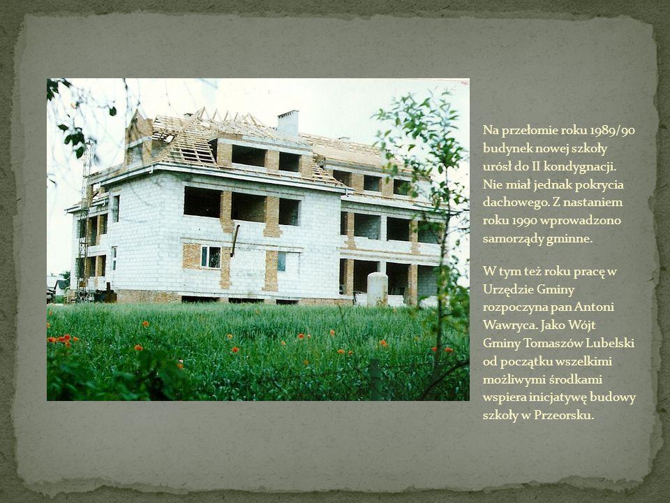 Na przełomie roku 1989/90 budynek nowej szkoły urósł do II kondygnacji. Nie miał jednak pokrycia dachowego. Z nastaniem roku 1990 wprowadzono samorząd
