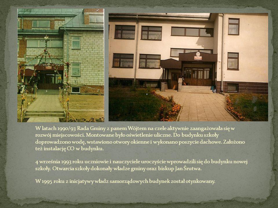 W latach 1990/93 Rada Gminy z panem Wójtem na czele aktywnie zaangażowała się w rozwój miejscowości. Montowane było oświetlenie uliczne. Do budynku sz