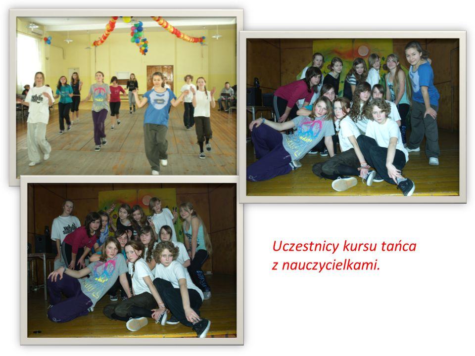 Uczestnicy kursu tańca z nauczycielkami.