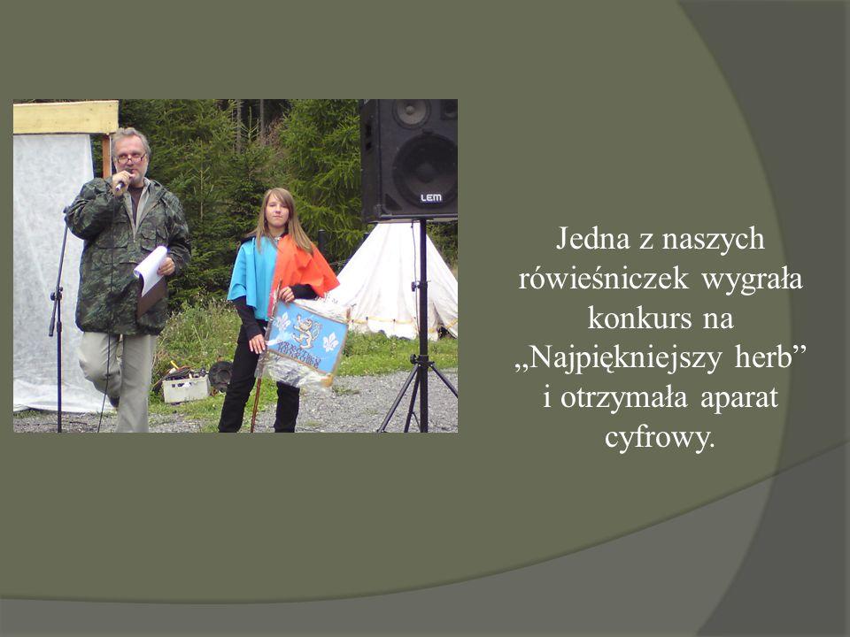"""Jedna z naszych rówieśniczek wygrała konkurs na """"Najpiękniejszy herb"""" i otrzymała aparat cyfrowy."""