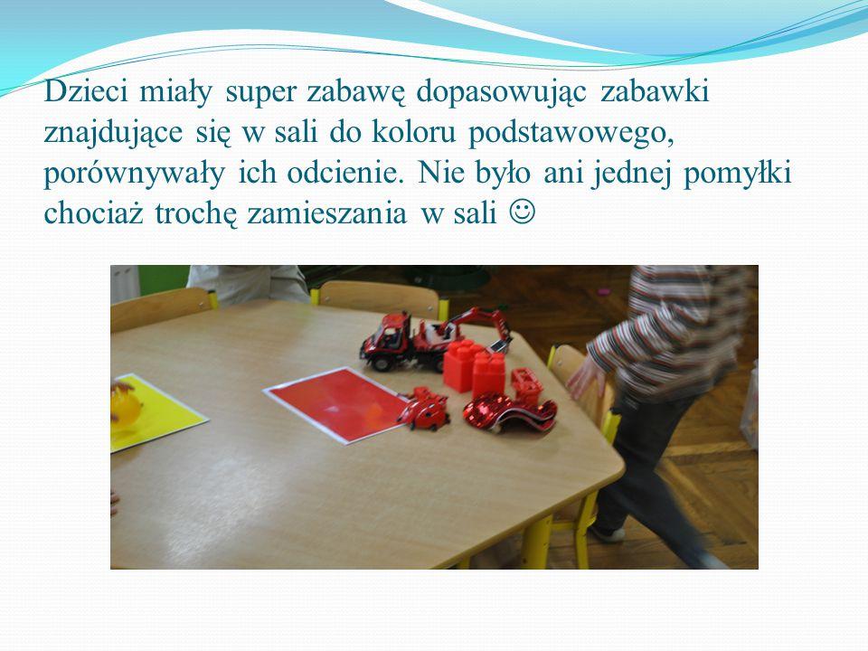 Dzieci miały super zabawę dopasowując zabawki znajdujące się w sali do koloru podstawowego, porównywały ich odcienie. Nie było ani jednej pomyłki choc