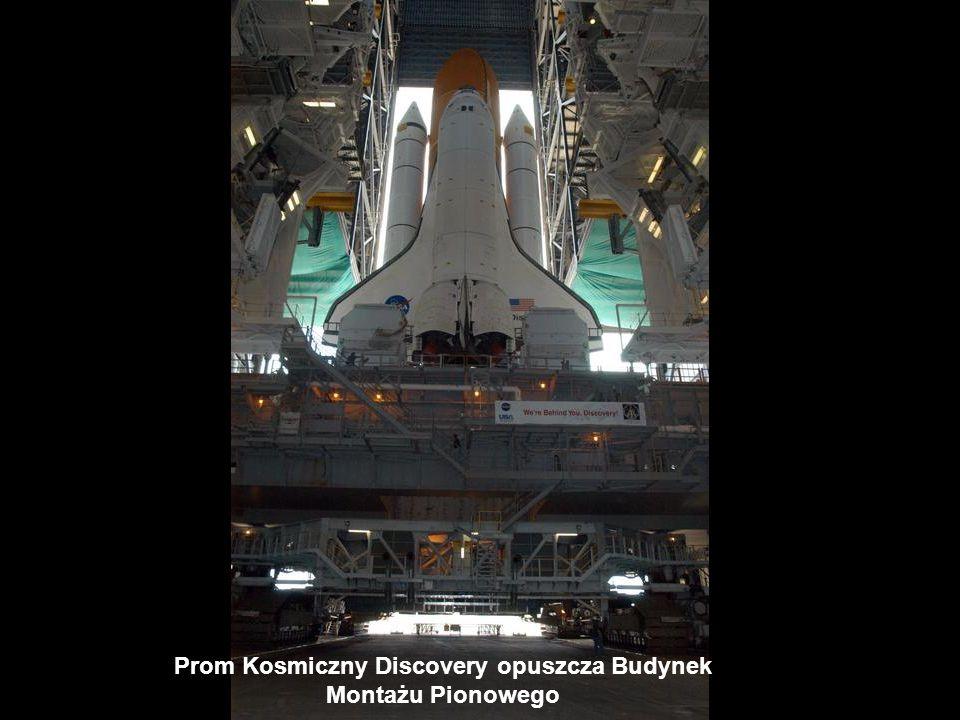 Prom Kosmiczny Discovery opuszcza Budynek Montażu Pionowego