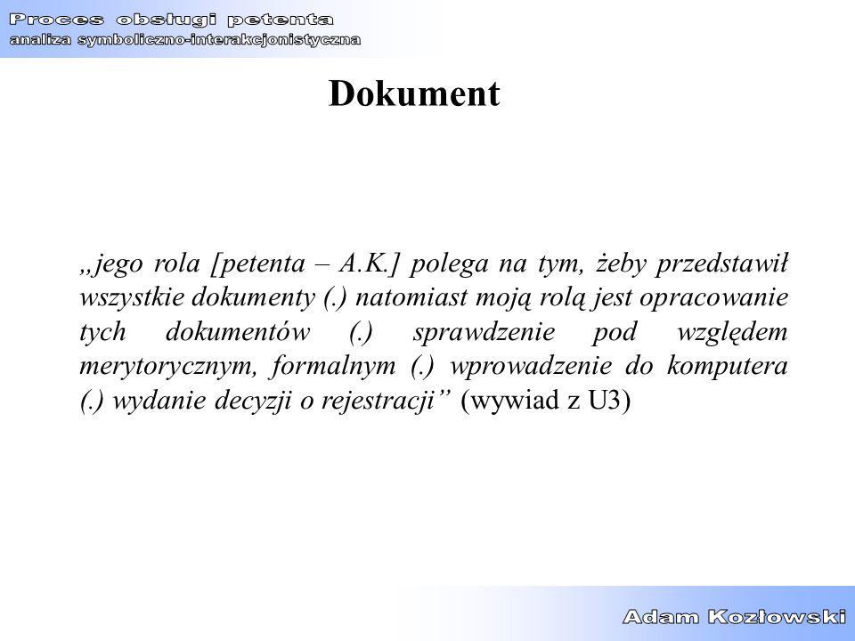 """Dokument """"jego rola [petenta – A.K.] polega na tym, żeby przedstawił wszystkie dokumenty (.) natomiast moją rolą jest opracowanie tych dokumentów (.)"""