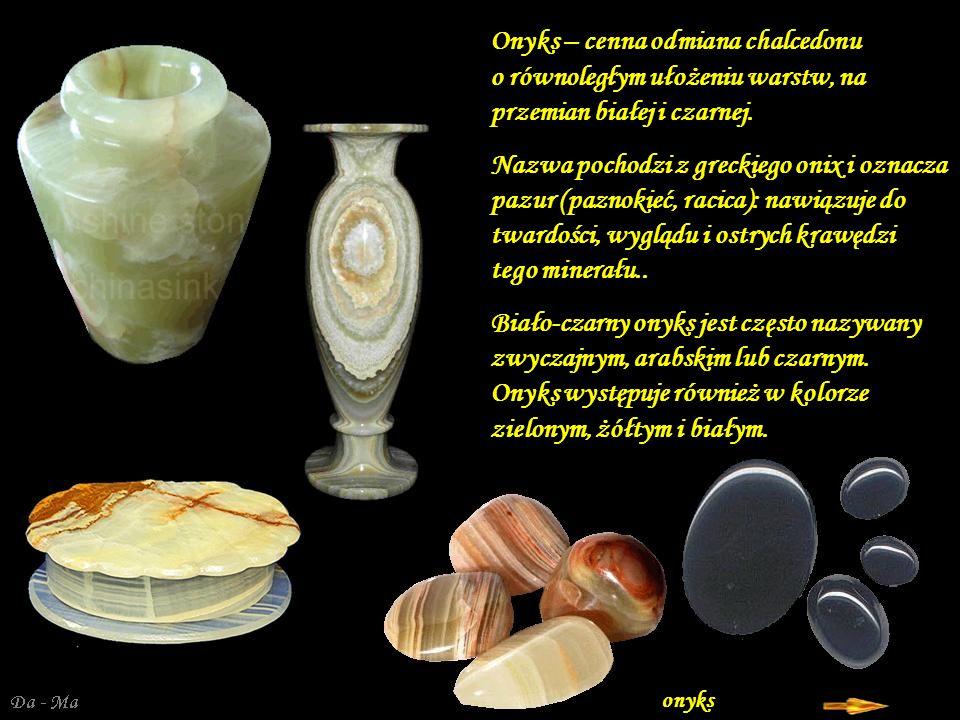 Da - Ma Sardonyks – gemmologiczna, wielobarwna, przeświecająca odmiana agatu; odznacza się występowaniem naprzemianległych, płaskich, biało-brunatnocz