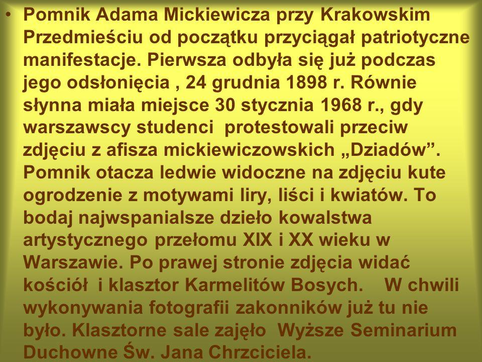 Pomnik Adama Mickiewicza przy Krakowskim Przedmieściu od początku przyciągał patriotyczne manifestacje.