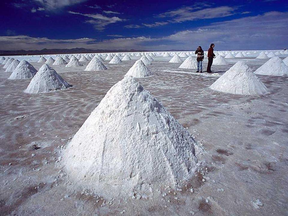 Tradycyjnym sposobem wydobywania soli jest usypywanie kopców, z których odparowuje woda przed dalszym transportem.