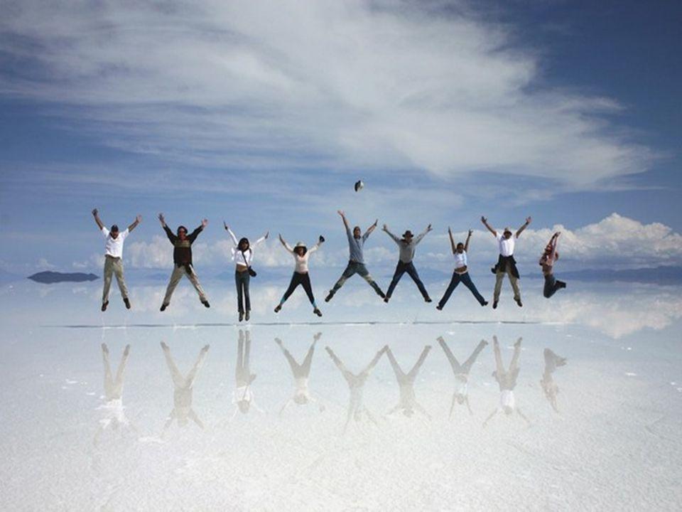Boliwijska pustynia Salar de Uyuni nazywana jest największą solniczką świata. To pozostałość po wyschniętym słonym jeziorze w Andach. Położona na wyso