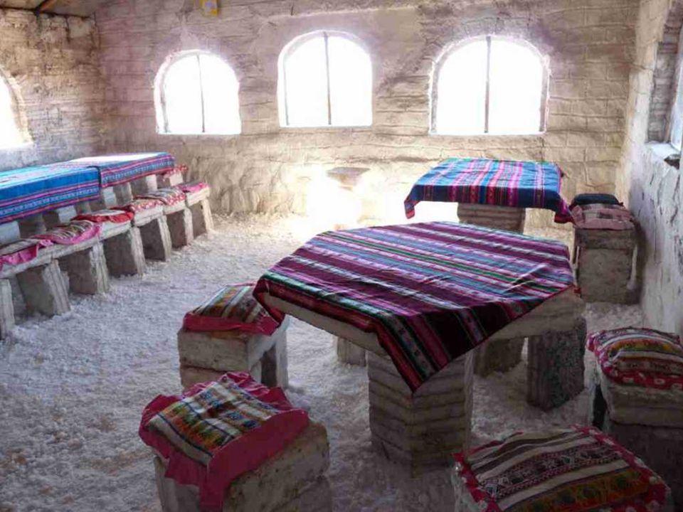 Funkcję dywanów pełnią grube warstwy pokruszonej soli. Pokoje ogrzewane są energią słoneczną.
