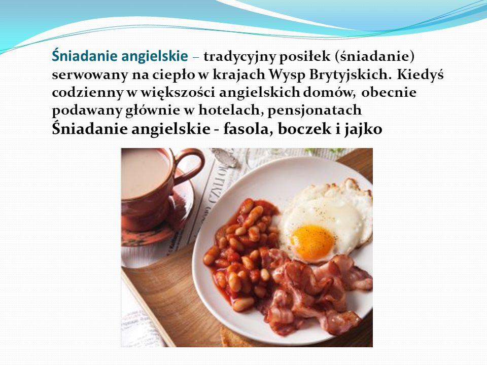 Śniadanie po angielsku 1 jajko 1/3 puszki fasolki w sosie pomidorowym 4 plastry bekonu 1 frankfurterka lub 1 drobno mielona kiełbaska wieprzowa albo 2 kiełbaski Pork Sausages 1-2 kromki pieczywa tostowego sól pieprz